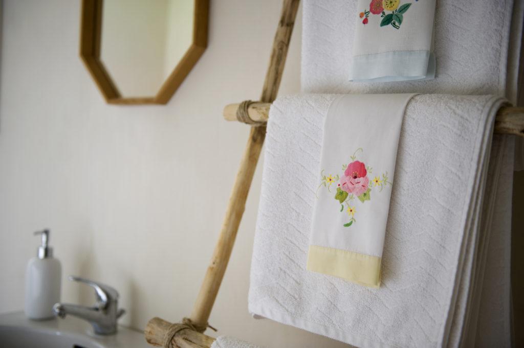 I badrummet finns ekologiska handdukar och skön golvvärme